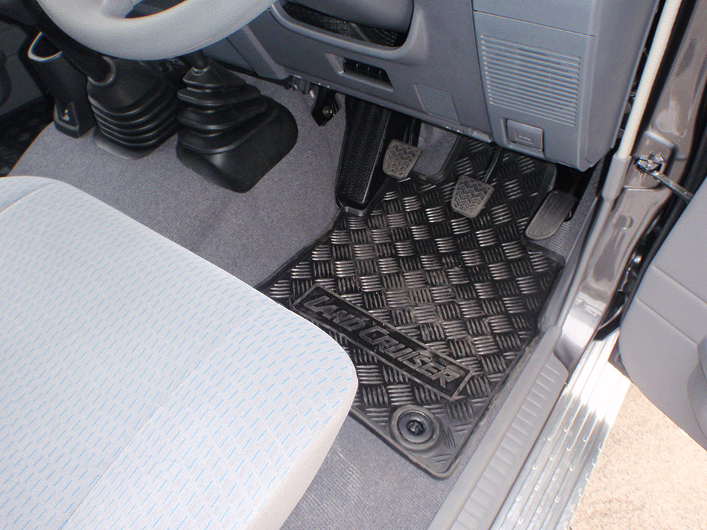 Landcruiser 79 before sandgrabber floor mats
